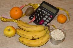 Nähren Sie Konzept Früchte und Vitamine mit messendem Band stockfotos