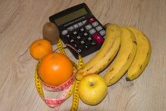 Nähren Sie Konzept Früchte und Vitamine mit messendem Band stockbild