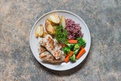 Nähren Sie Lebensmittel, das saubere Essen, Hühnersteak und mit Gemüse lizenzfreie stockfotos