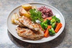 Nähren Sie Lebensmittel, das saubere Essen, Hühnersteak und mit Gemüse Stockfotos