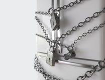 Nährendes Konzept Refrigerator, chain and lock Lizenzfreie Stockfotografie