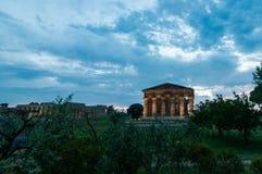 När antikens folk byggde Paestum Arkivbild