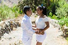 När du älskar par rymmer händer i natur på en solig dag royaltyfri fotografi
