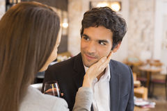 När du älskar par tar en drink i restaurang, ett mjukt ögonblick Fotografering för Bildbyråer