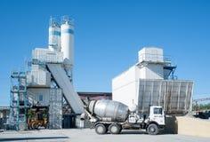När du agiterar lastbilen vänder mot lösnings- och betongknutpunkt Royaltyfri Fotografi