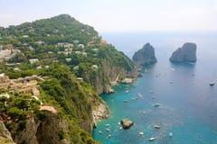 När du bedövar sikt av den Capri ön i en härlig sommardag med Faraglioni vaggar Capri, Italien arkivfoton