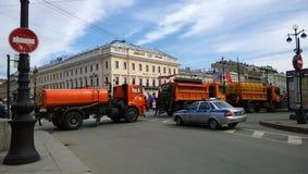 När du bevattnar maskinen blockerade vägen nära till Nevskyen Prospekt i Petersburg under demonstrationen Royaltyfria Foton