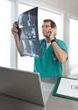 när du diskuterar patient telefon s för doktorn avläser ryggrads- Royaltyfri Foto