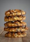 när du fäster kakor ihop har banajordnötter arkivbild