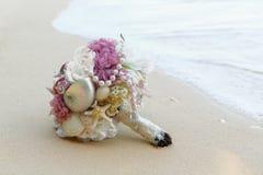 När du gifta sig den brud- buketten gjorde ‹för †av skal och pärlor och annan Arkivbilder