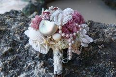 När du gifta sig den brud- buketten gjorde ‹för †av skal och pärlor och annan Arkivbild