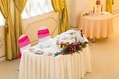 När du gifta sig den vita bordduken för tabellen blommar festligt inbrott en ljus korridor Royaltyfria Foton