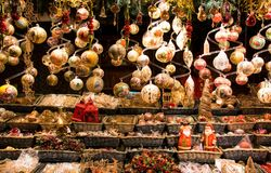 När du hänger jul klumpa ihop sig den traditionella garneringskyltfönstret, dekorativt, tappning och kristna bevekelsegrunder arkivfoto