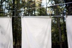 När du hänger kläder gör en skillnad Royaltyfri Foto