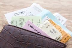 när du innehåller läder receipts plånboken arkivfoton