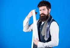 När du klär i dräktslips, tillfoga ofta strecket av anstrykning till den total- dräkten Grabb med sk?gget som v?ljer slipsen Perf arkivfoto