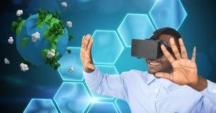 När du ler affärsmannen med armar lyftte bärande VR-exponeringsglas vid låg poly jord Arkivfoto