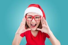 När du ler den asiatiska kvinnaståenden med den julsanta hatten isolerade nolla Fotografering för Bildbyråer