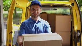 När du ler den lyckliga kurirmannen av öppna skåpbil dörr levererar framme packen arkivfilmer