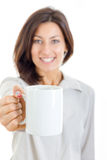 När du ler den tillfälliga nätta kvinnan erbjöd vitt kopp kaffe eller te t royaltyfri fotografi