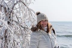 när du ler turisten som poserar bredvid is, täckte trädfilialer på grottapunkt parkerar, Door County, Wisconsin fotografering för bildbyråer