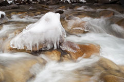 När du rusar floden fryst vattenis vaggar vinterlandskapflyttning Royaltyfri Foto