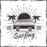 När du surfar bussen med gömma i handflatan det svarta vectorvintageemblemet Royaltyfri Illustrationer