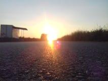 När en solnedgång möter vägen arkivfoton