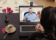 När som helst doktor förestående med telemedicine app royaltyfri fotografi