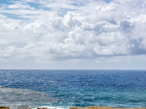 När stormen är kommande till den Anakena stranden Royaltyfri Bild