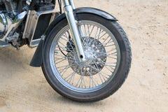 Nära ärlig hjulmotorcykelavbrytare på golvet Royaltyfri Bild
