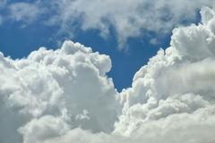 Nära övre bakgrund för moln Arkivbilder