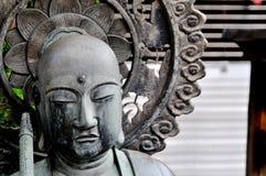 Nära övre bild av den Jizo Bosatsu statyn på den Senso-ji templet i Tokyo, Japan royaltyfria foton