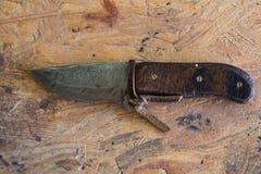 Nära övre bild av den retro handgjorda kniven med träfattandet royaltyfri foto