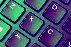 Nära övre bild av det gröna purpurfärgade tangentbordet med x-tangent royaltyfri bild