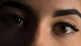 Nära övre bild av kvinnlig brun ögonkonst royaltyfri foto
