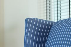 Nära övre detalj av den blåa randiga soffan i en vardagsrum royaltyfri fotografi