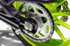 Nära övre detalj av en bakre kedjedel för motorcykel av motorcykeln arkivfoton
