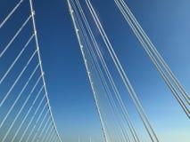 Nära övre detalj av vita stålkablar för upphängningbro arkivbilder