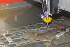Nära övre dysa av för högtryckvatten för hög precision den automatiska maskinen för klipp för stråle för att klippa ste royaltyfri fotografi