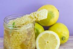 Nära övre för för honungskakaskopa och citron Royaltyfria Foton