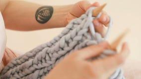 Nära övre för handarbete Kvinnas hipstershänder med den kalla tatueringen Videomaterial lager videofilmer
