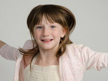 Nära övre för lycklig flickabanhoppning Royaltyfri Fotografi