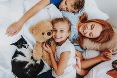Nära övre familj som tillsammans tycker om, når att ha vaknat upp royaltyfri foto