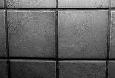 Nära övre foto av en tegelstenvägg/den belade med tegel väggen i svartvitt royaltyfria bilder