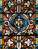 Nära övre H för målat glass i kyrka av det heliga korset Arkivfoto