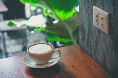 Nära övre kaffekopp på tabellen royaltyfria foton