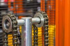 Nära övre kedja av den paletthandelevatorn eller gaffeltrucken för industriellt arbete royaltyfri fotografi