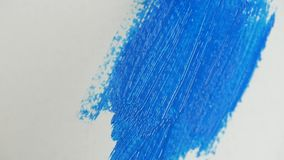Nära övre konstnär Paint Brush Coloring en målning med härlig blå färg lager videofilmer