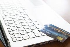 Nära övre kreditkort på bärbar datordatoren Selektiv fokus på tangentbordet Teknologi, e-betalning och grej fotografering för bildbyråer